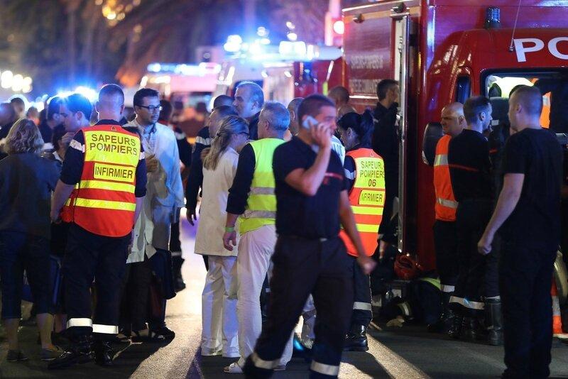 Des-policiers-pompiers-dans-nuit-14-15-juillet-Promenade-Anglais-apres-attentat_0_1400_933