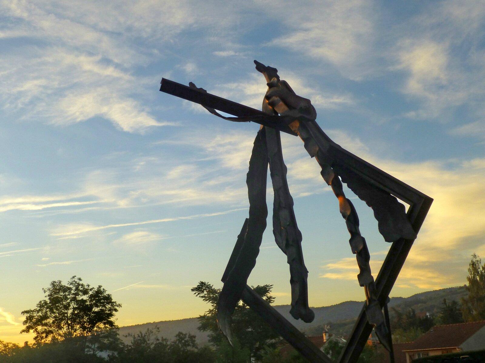 statue au soleil levant