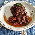 Filets de boeuf en sauce et riz aux haricots noirs à la dominicaine
