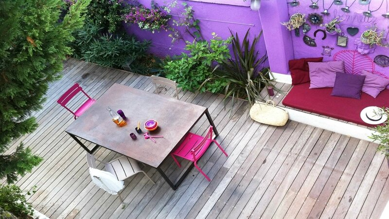 08397220-photo-terrasse-violette-slowgarden-bois-table-coin-salon