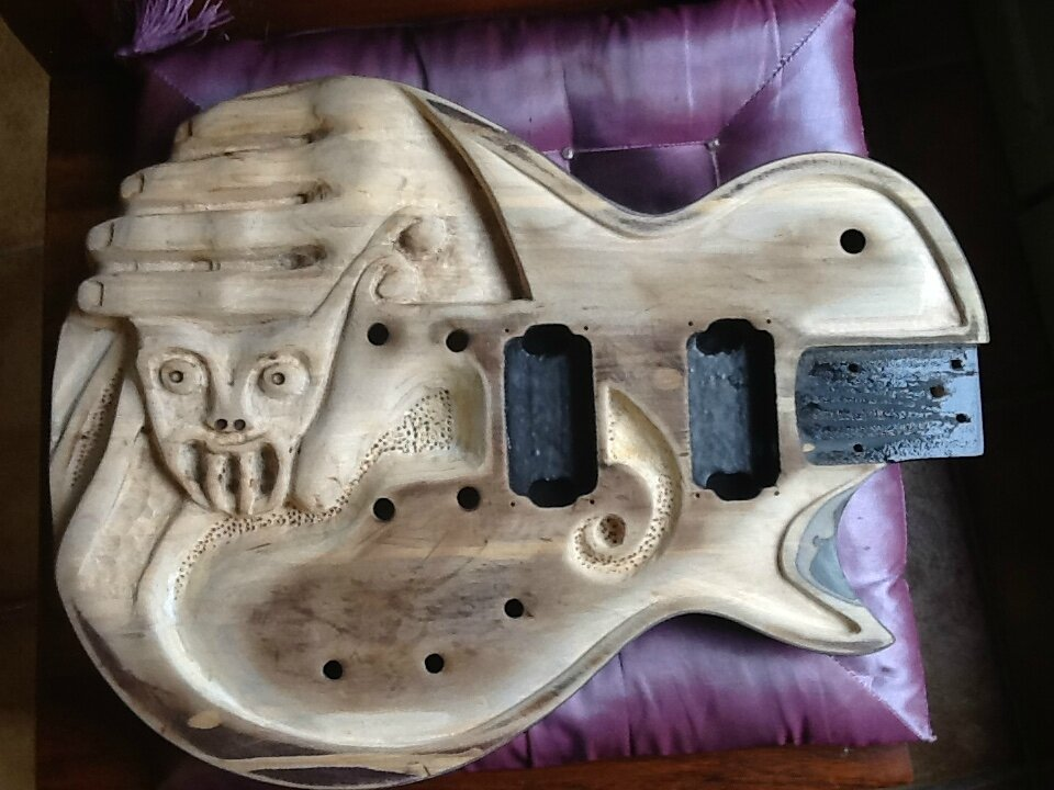 HANDY...GUITARE SCULPTEE.....