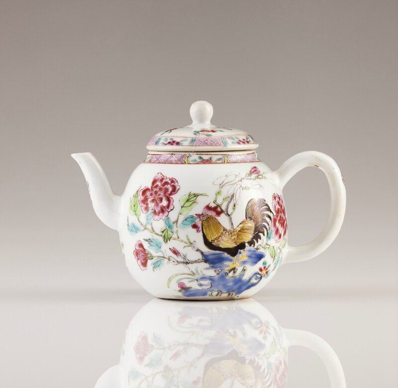 A Chinese export porcelain tea pot, Qianlong Period (1736-1795)