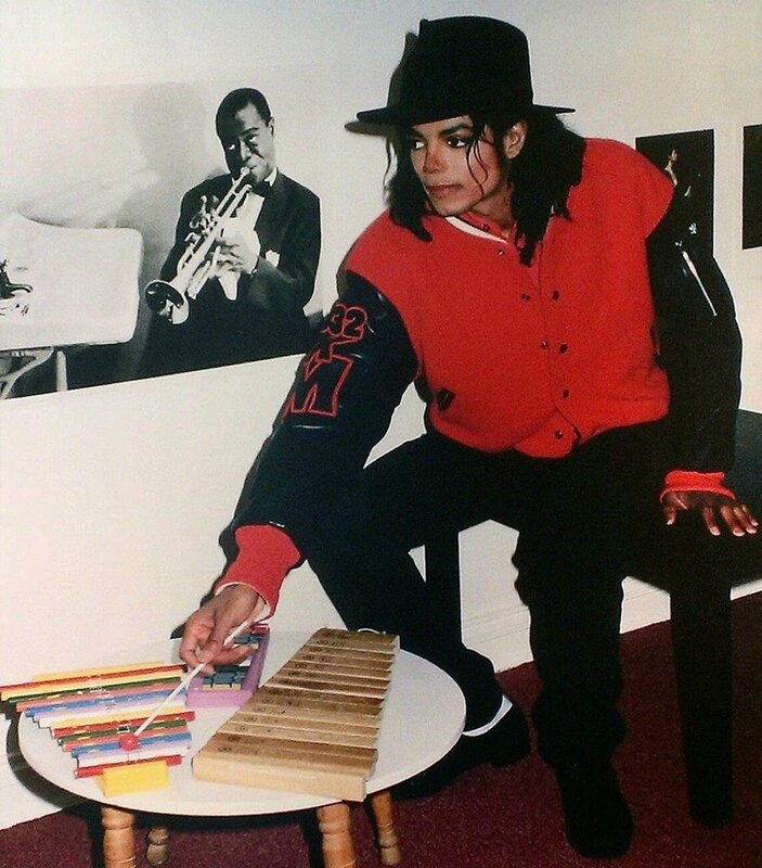 MJ-playing-toy-xylophones-National-Children-s-Museum-1990-michael-jackson-35251422-843-960