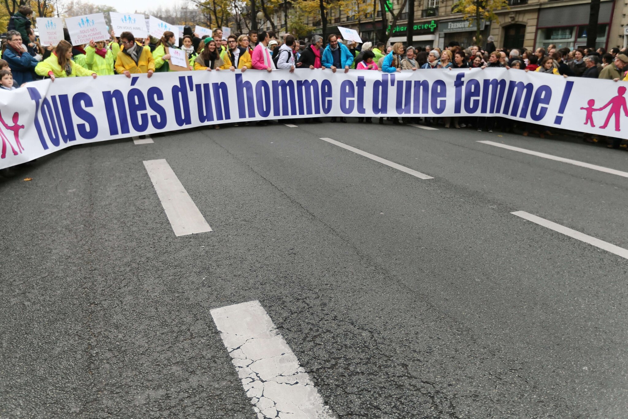 Des milliers de personnes manifestent à Paris contre le « mariage pour tous ». © Photo Michel Stoupak. Sam 17.11.2012.