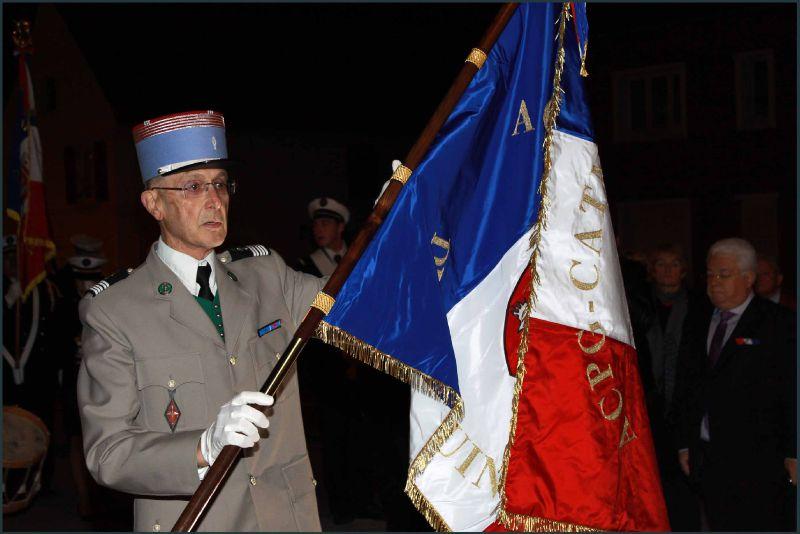 le colonel prend l'ancien drapeau