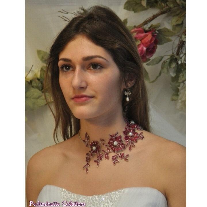 Collier de mariée tour de cou en dentelle rouge bordeaux et perles de culture d'eau ivoire