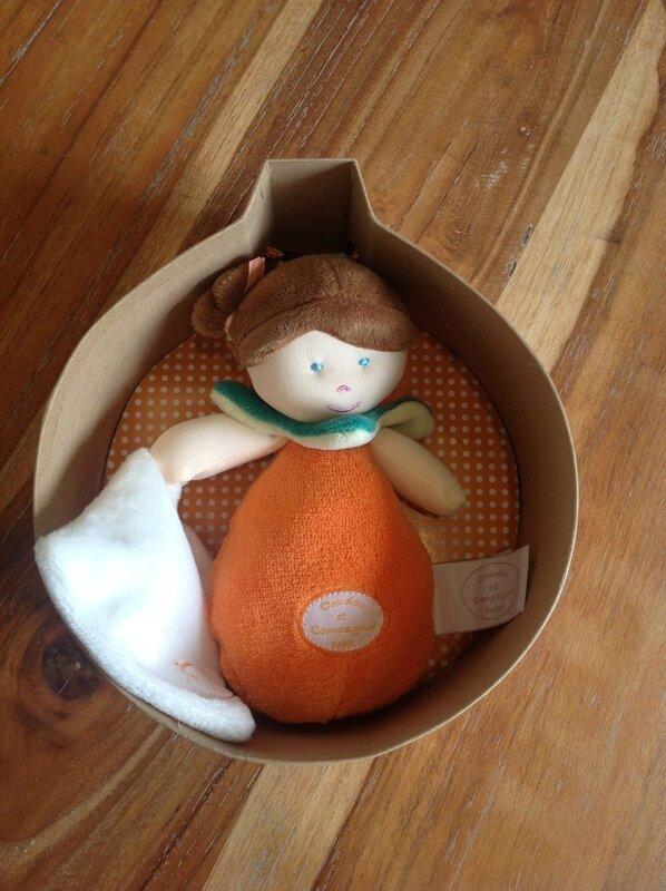 poupée orange boite