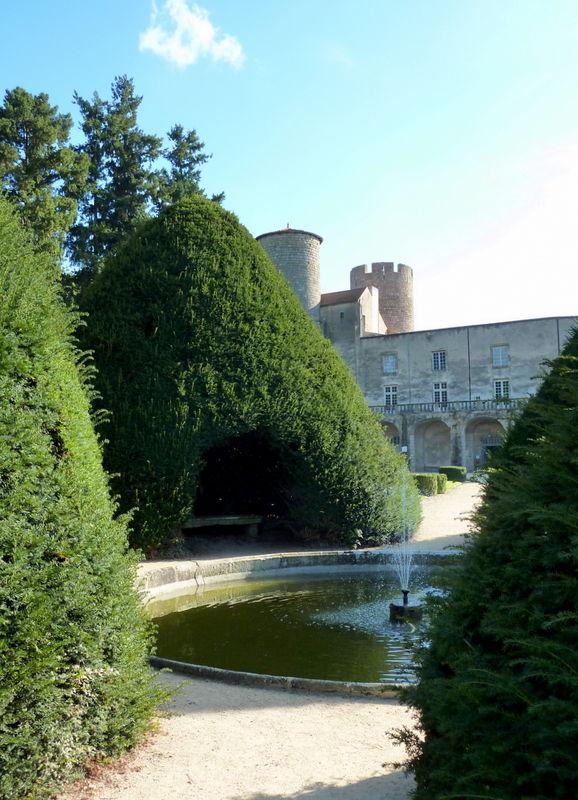 bassin et ifs taillés au château de Ravel