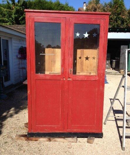armoire rouge avant