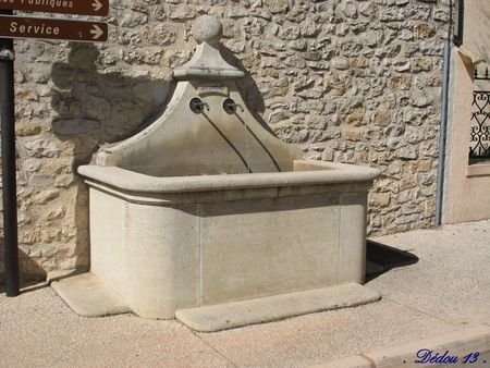 Photo_004_fontaine_en_bout_du_cours__adoss_e_au_lavooir