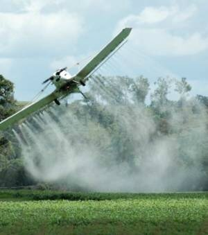 malgre-l-interdiction-il-est-possible-d-obtenir-des-derogations-qui-autorisent-a-repandre-des-pesticides-par-pulverisation-aerienne_51578_w300