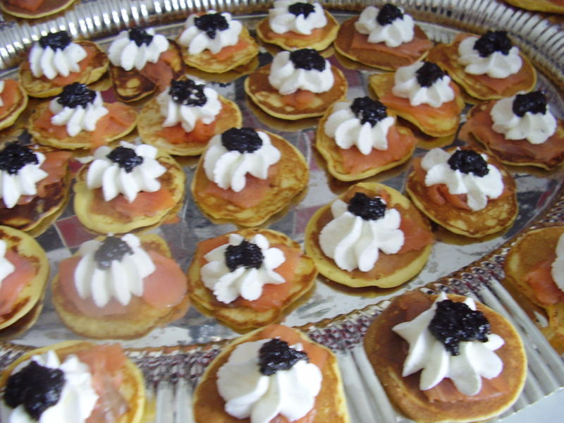 blinis à la farine de pois chiche, saumon fumé, chantilly au citron