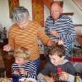 Les deux andouilles se marrent devant leur grands-parents (Chaillol, octobre 2007)