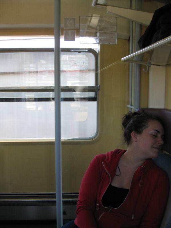 Passer le temps dans le train: faire semblant de dormir