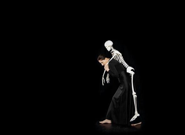 Marina Abramovic, Carrying the skeleton I, 2008. Crédit : Adagp, Paris 2010