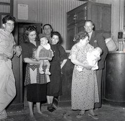 F 1956 06 b 17 à droite Les Kynel, avec le bébé Parisot