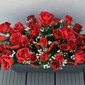 Jardinière de fleurs artificielles en roses rouges pour le cimetière, faites maison