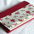 protège-passeport en simili rouge, doublure fleurie rétro