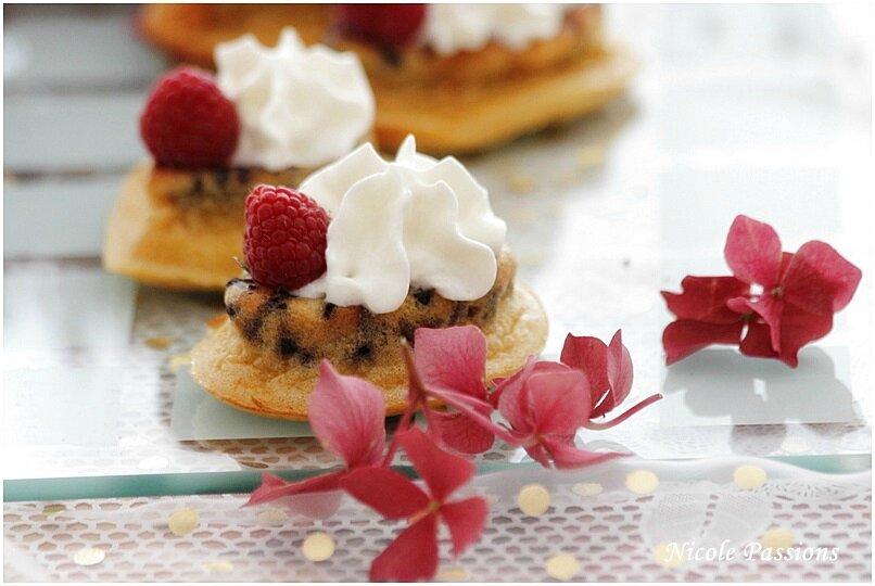 """Madeleines revisitées """"façon pudding"""", pépites de chocolat et chantilly et framboises,"""