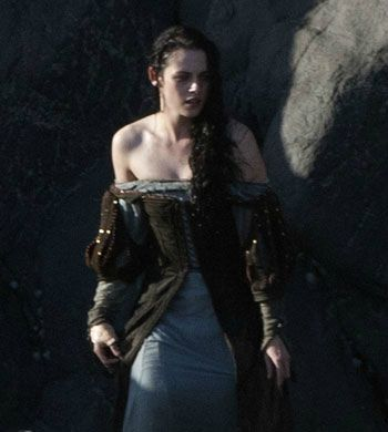 kristen-stewart-snow-white-set-09292011-13