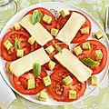 Salade de tomates, avocats et reblochon.