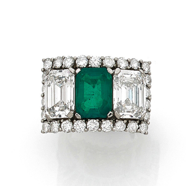 Importante bague émeraude de taille rectangulaire à pans épaulée de deux diamants de taille émeraude