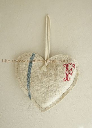 Coeur chanvre ancien rayure bleu clair broderie F rouge 18 x 16 copie