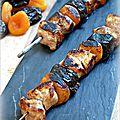 Brochettes de porc aux arbicots secs et aux pruneaux à la plancha