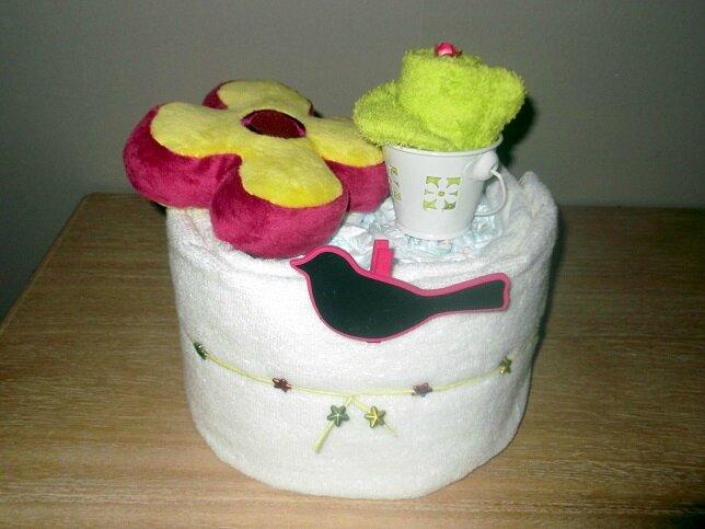 Composition comprenant 12 couches T3, 1 serviette de toilette blanche, 1 gant, 1 doudou Fleur, 1 seau métal blanc, 1 pancarte Oiseau, déco et emballage cadeau. 36€ hfp
