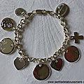 Bracelet personnalisé sur chaîne argent massif maillons ovales composé de médailles en argent gravées et de pendentifs en argent massif