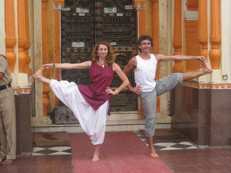 Utthita Hasta Padangusthasana devant la porte du temple de Rama