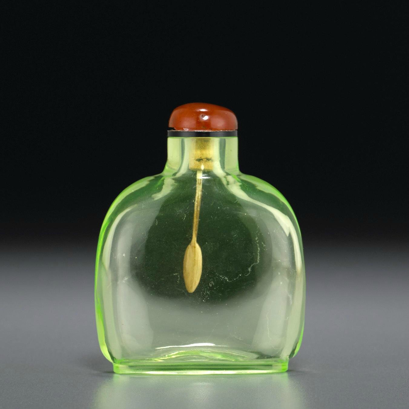 A lime-green glass snuff bottle, 1750-1820