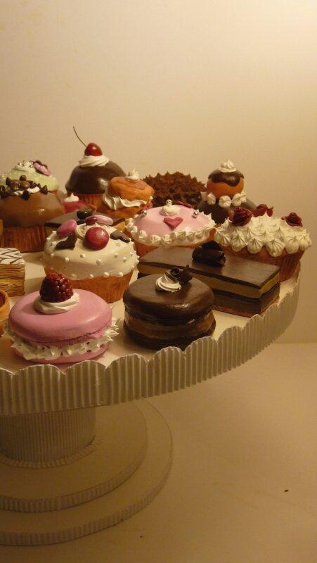 Plateau de carton et faux gâteaux