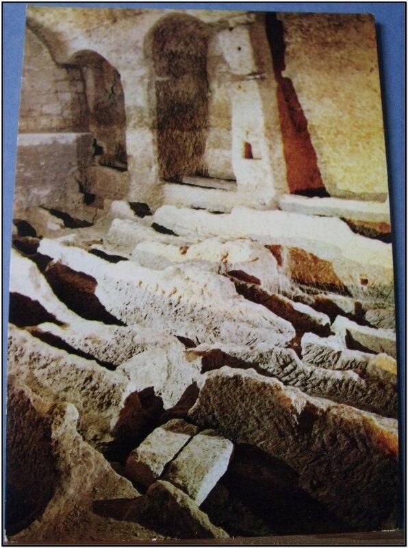 Aubeterre sur Dronne - salle des sarcophages