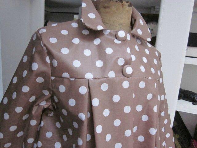 Ciré AGLAE en coton enduit beige à pois blanc, fermé par 2 pressions cachés sous 2 boutons recouverts dasn le même tissu (6)