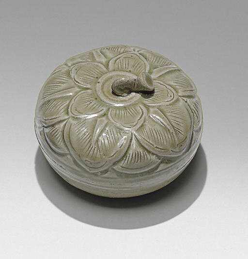 A rare small Yueyao celadon box and cover, Five Dynasties period, 10th century