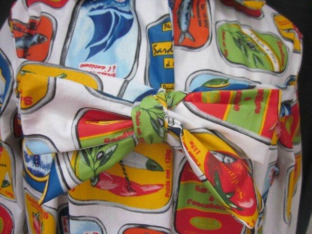 Ciré AGLAE en coton enduit blanc imprimé Sardines en boites multicolores fermé par un noeud dans le même tissu (5)