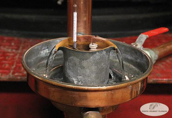 DOMAINE_DE_LAGUILLE_distillation_ecoulemenet_de_la_Blanche
