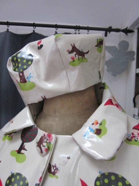 Chapeau de pluie en coton enduit vert très clair imprimé Le Petit Chaperon Rouge (4)