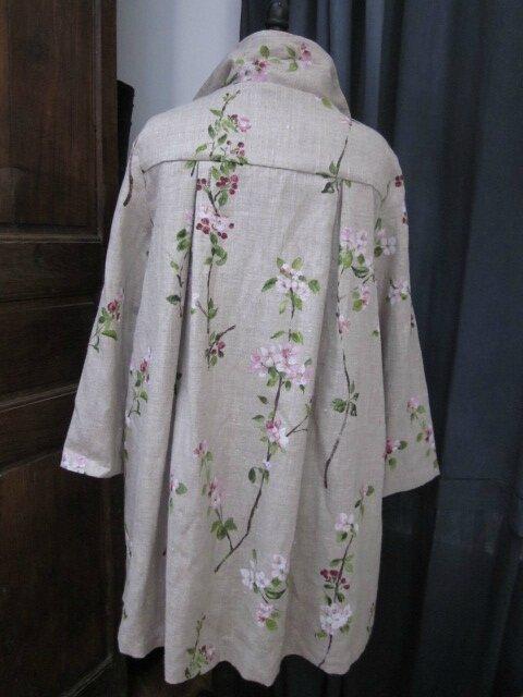 Manteau AGLAE en lin brut imprimé branches de cerisier noué d'un lien de lin rose pâle (12)