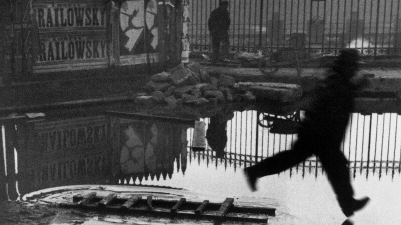 Derrière la gare Saint-Lazare, Paris, France, Henri Cartier-Bresson, 1932 - © ©Henri Cartier-Bresson / Magnum Photos, O?courtesy Fondation Henri Cartier-Bresson