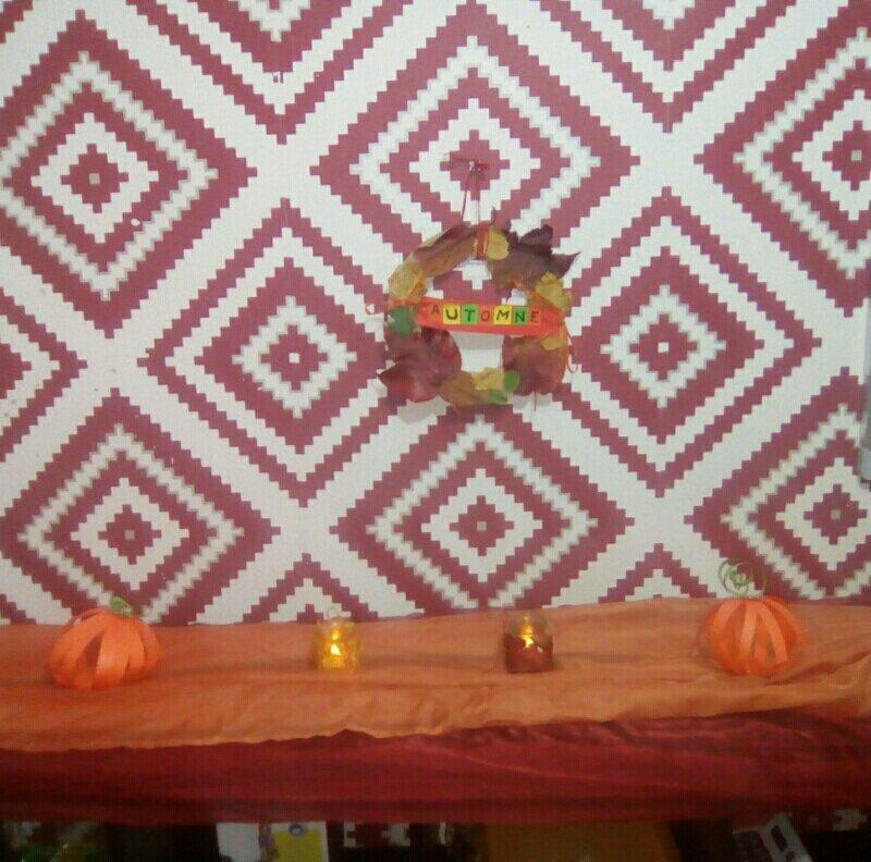 Déco d'automne: citrouilles en papier, couronne de feuilles et bougeoirs