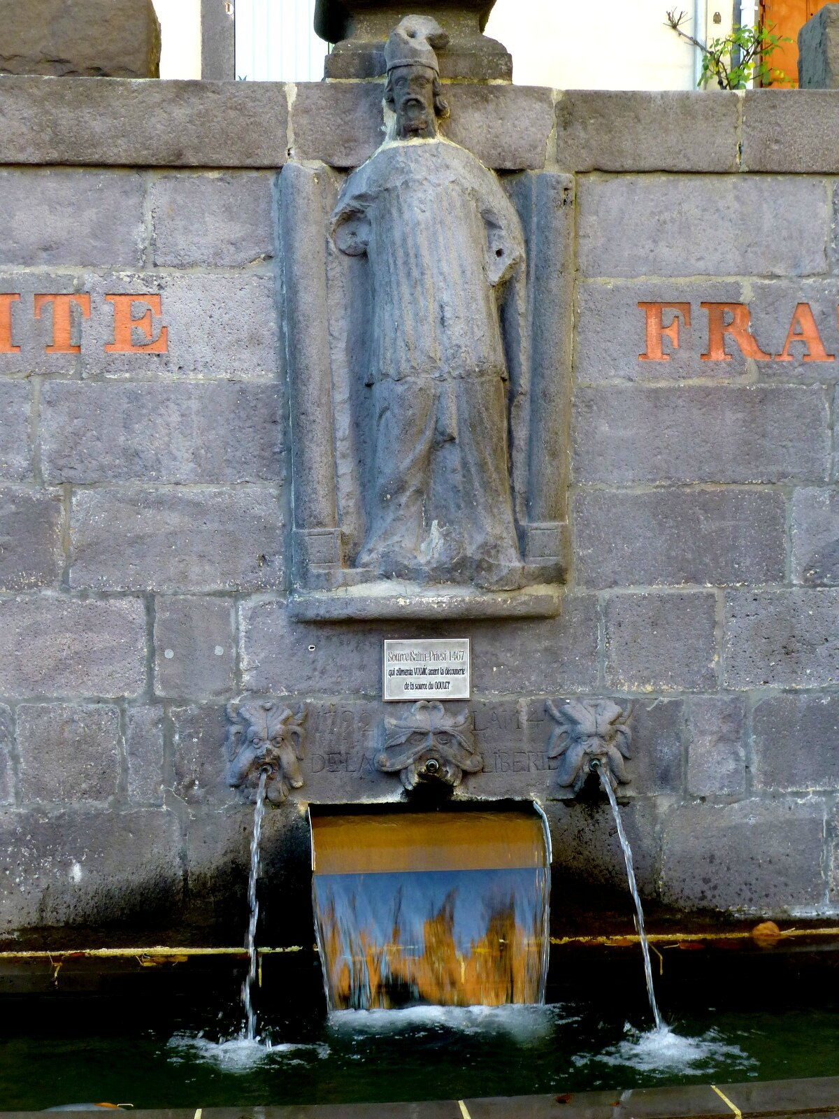 fontaine Saint-Priest à Volvic