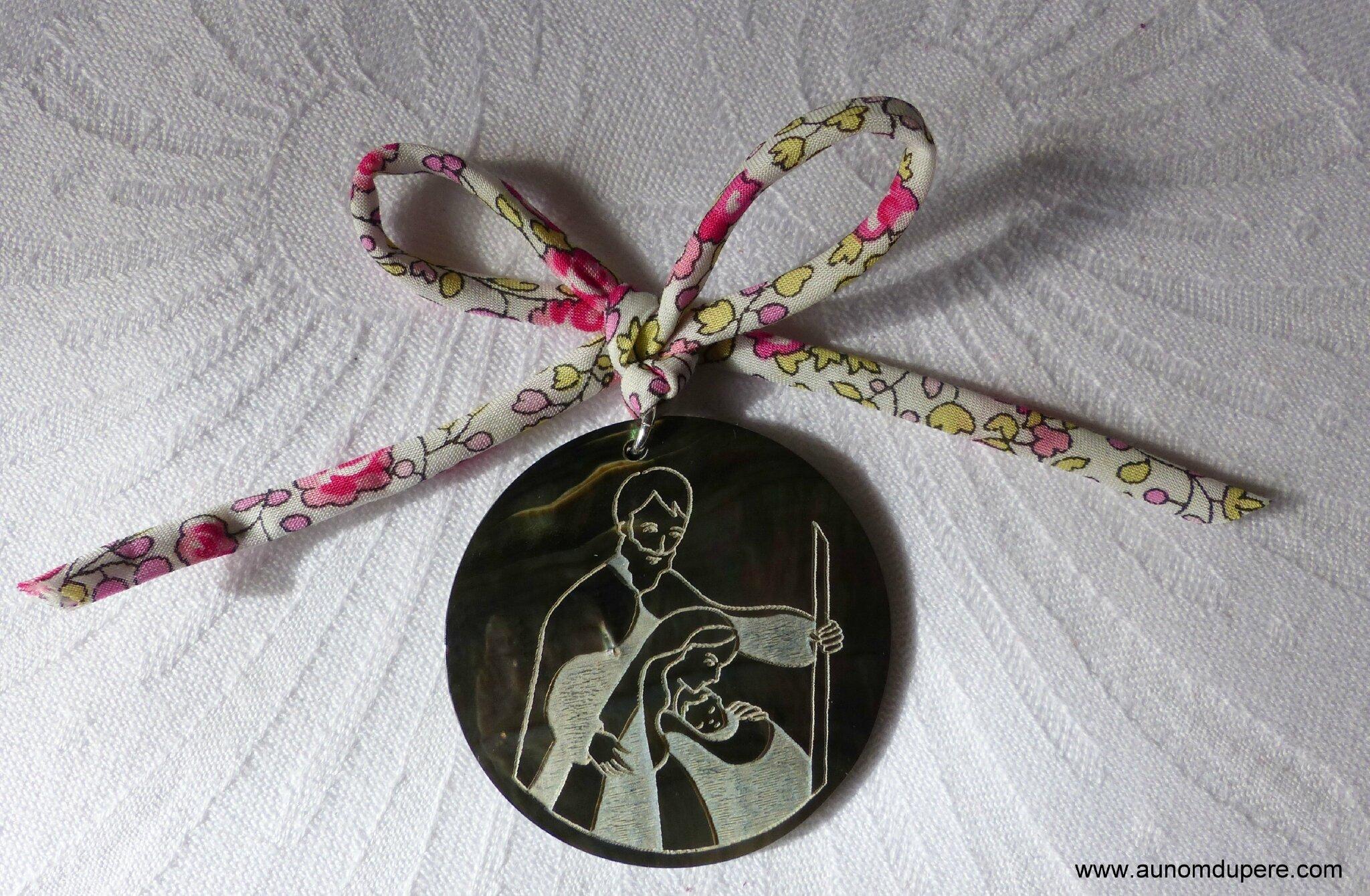 Médaillon de la Sainte Famille (monté sur cordon Liberty Eloïse rose) - 22 €