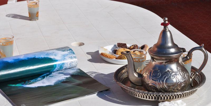 Thé à la menthe, ptits gâteaux et revue de surf bien sur...