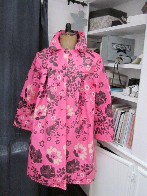 Ciré AGLAE en coton enduit rose tyrien fleuri fermé par 2 pressions cachés sous 2 gros boutons recouverts dans le même tissu (6)