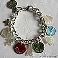 Bracelet sur chaîne plaqué argent ovale composé de 3 médailles en nacre gravées, d'une Croix en argent massif, et de breloques en nacre (1)