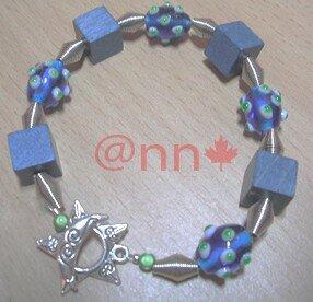 Bracelet argent, lampwoork bleu à pics vert et cubes bois (N)