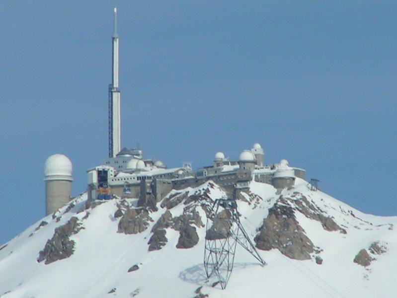 Gros plan sur l'observatoire, en hiver