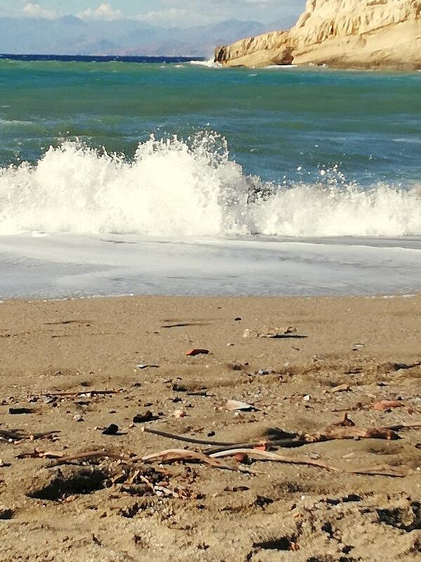 crete matala beach mer rouleaux